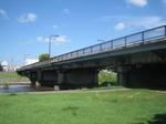 河川敷から下菊橋を見る…